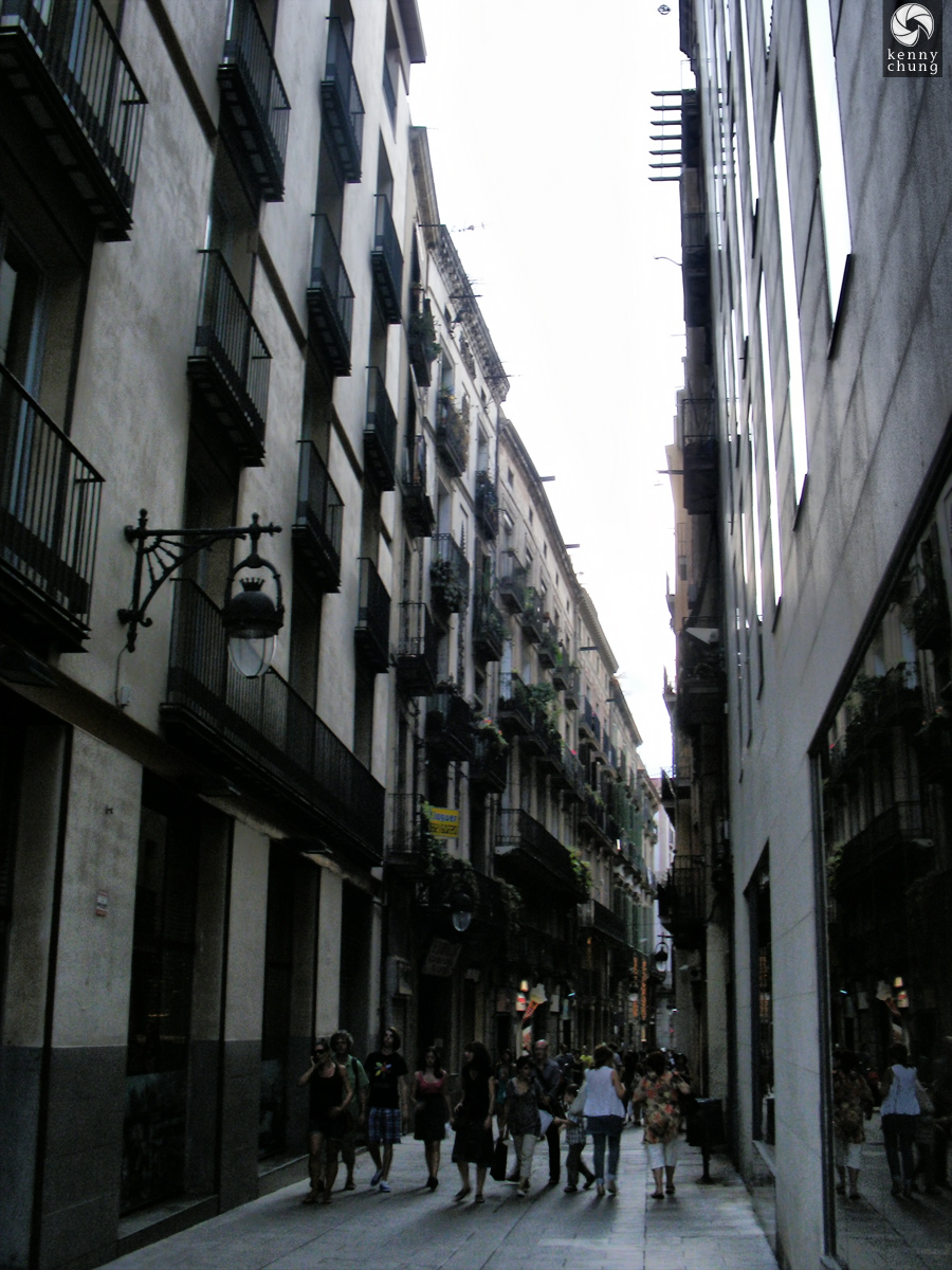 Alley in Barri Gòtic