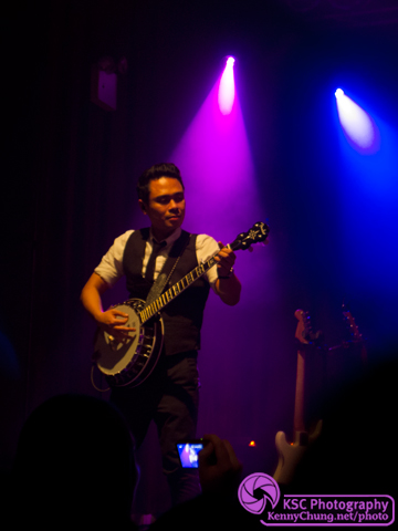 Carlo Gimenez playing his Fender banjo