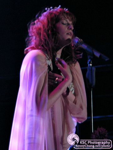 Florence Welch singing Heavy In Your Arms