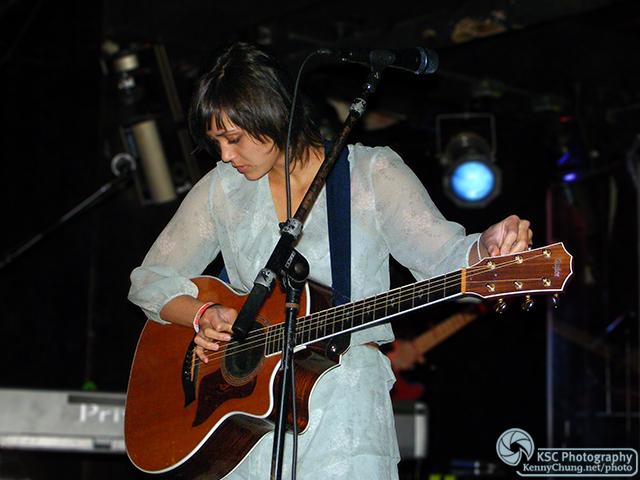Dia Frampton tuning her guitar
