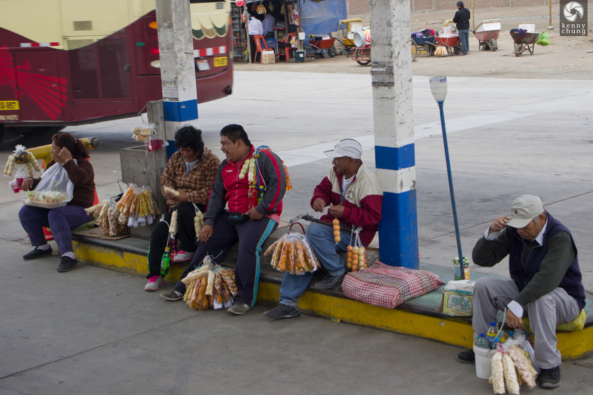 Food vendors at rest stops in Pucusana