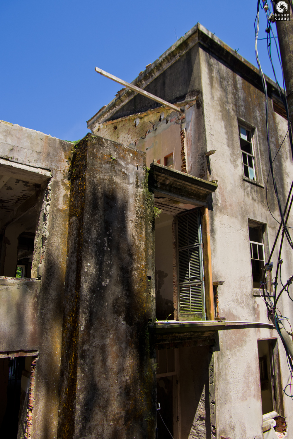 Abandoned building near the Corcovado tram